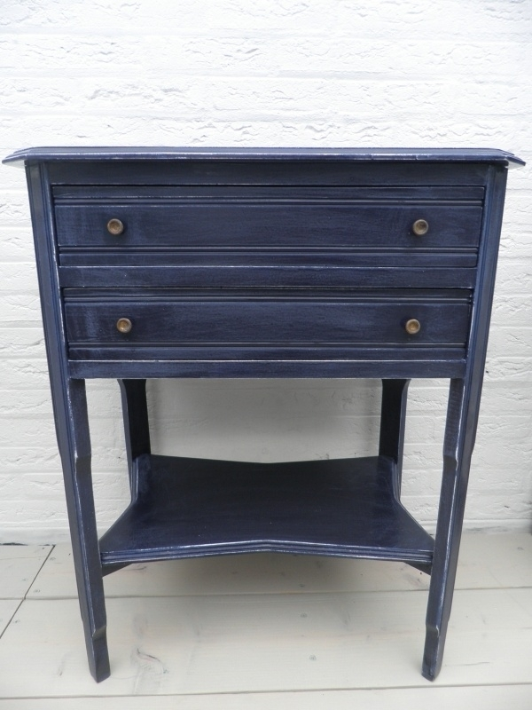 Donker blauwe houten kast met 2 lades