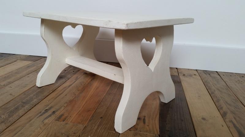 Wit houten bijzettafeltje met hartjes