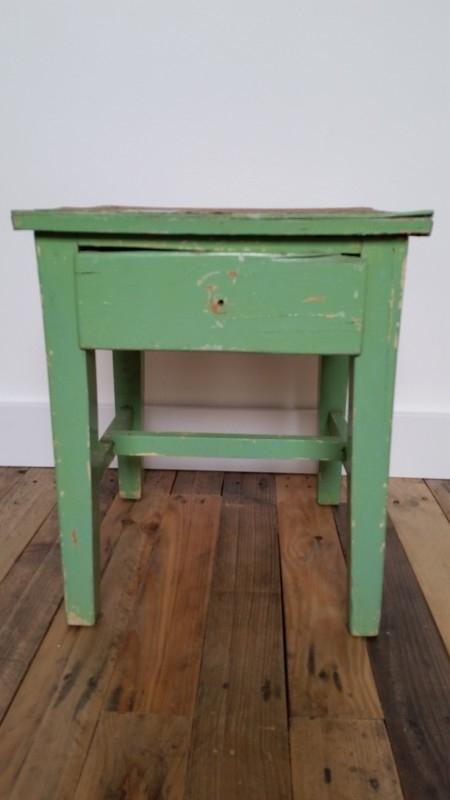 Groen verweerd houten vierkanten bijzettafeltje met lade