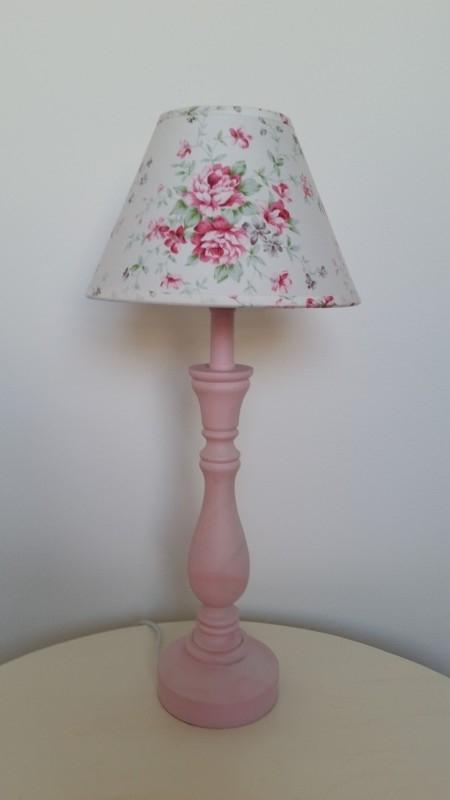 Roze lampenpootje met wit bloemenkapje