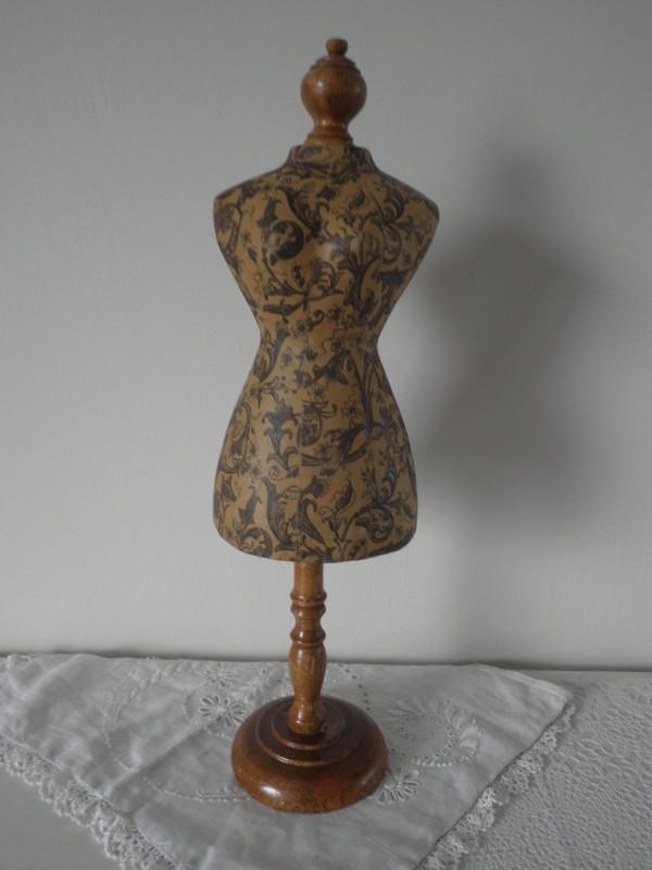 Paspopje van papier en poot en kopje is van hout VERKOCHT