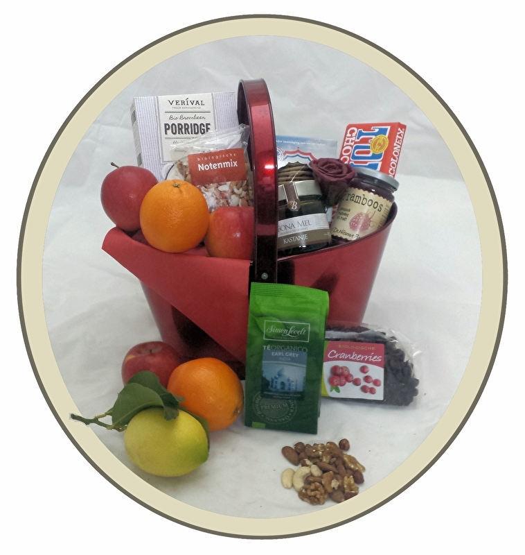 Gezond pakket met thee, honing, noten en biologisch fruit