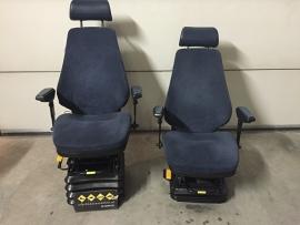 bege stoelen met onderbok