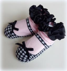 Babysokjes 12 - 24 mnd. roze met zwart ingebreid schoentje pied-de-poule motief