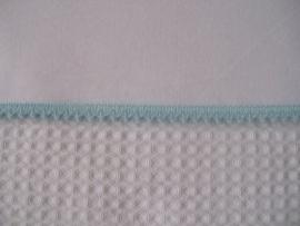 Wieglakentje wit met licht blauw mini pomponbandje 75 x 100 cm