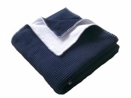 Wiegdeken 75 x 100 cm donkerblauw/navy wafelstof en  wit fleece