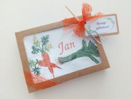 Geborduurde zakdoek wit met  groenten wortel/prei en letter/initialen of naam