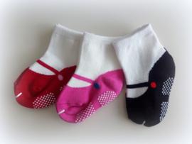 Babysokjes 8 - 16 mnd. wit met schoentje in rood, fuchsia of zwart anti slip zool