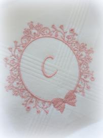 Geborduurde zakdoek wit met krans/strik en letter/initialen/monogram in oud roze