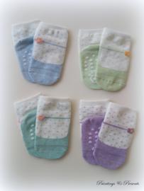 Babysokjes 12 - 24 mnd. off white gestippeld met gekleurde schoentjes anti slip zool