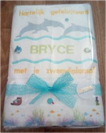 Luxe geborduurde handdoek 50 x 100 cm wit  dolfijnen gefeliciteerd zwemdiploma met naam geel/groen