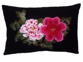 Zwart wollen sierkussen met geborduurde 3D bloemen mosgroen/roze/fuchsia  35 x 50 cm