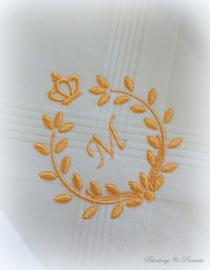 Geborduurde zakdoek wit met krans/kroon en letter/initialen/monogram in goud