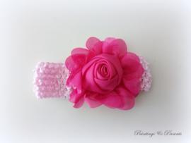 babyhaarbandje licht roze gehaakt met fel roze/fuchsia roos