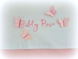 Set: Wit lakentje met geborduurde naam en 3D vlinders en licht oud roze wafeldekentje