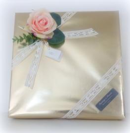 Huwelijkscadeau luxe handdoek 50 x 100 cm wit met initialen geborduurd in goud ringen ornament