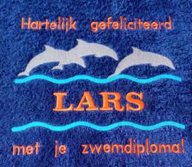 Luxe geborduurde handdoek 50 x 100 cm donkerblauw dolfijnen gefeliciteerd zwemdiploma met naam oranje
