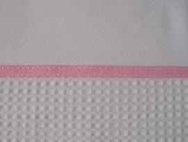 Wieglakentje wit met licht roze bandje 75 x 100 cm