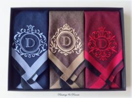 Luxe heren zakdoeken met borduring en initiaal naar wens in geschenkdoos zwart