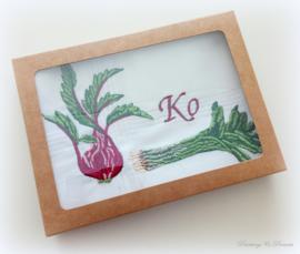 Geborduurde zakdoek wit met  groenten biet/prei en letter/initialen of naam