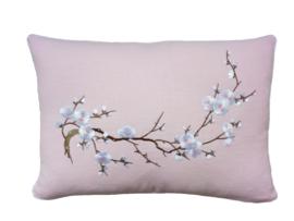 Licht roze kussen gewassen linnen 'cherry blossom' kersenbloesem 33 x 48 cm