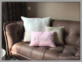 Kussenset linnen kussens beige/off white en licht roze met bloesem en paspel