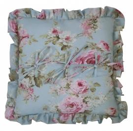 Kussen 45 x 45 cm met roezelrand, strikjes 'English rose' light blue