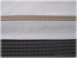 Wieglakentje off white met beige bandje 75 x 100 cm