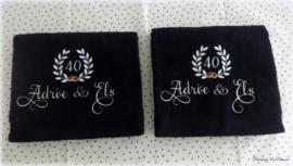 Geborduurde handdoek zwart met namen '40 jaar getrouwd'