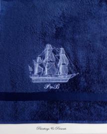 Luxe handdoek 50 x 100 cm navy donkerblauw met schip en initialen geborduurd