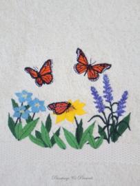 Geborduurd gastendoekje crème met veldbloemen en vlinders