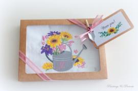 Geborduurde zakdoek wit met  watergieter, boeket zonnebloemen en letter/initialen