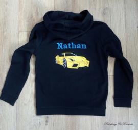 Sweater vest zwart met rug borduring auto met naam