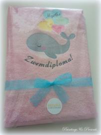 Luxe geborduurde handdoek 50 x 100 cm licht roze  walvis ballonnen gefeliciteerd zwemdiploma met naam