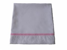 Wieglakentje wit met broderie kant en zacht roze band met stiksel