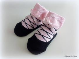 Babysokjes 0 - 12 mnd. roze met zwart ingebreid schoentje strikje