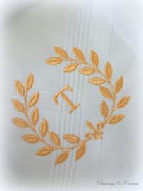 Geborduurde zakdoek wit met krans/franse lelie en letter/initialen/monogram in goud