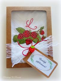 Geborduurde zakdoek wit met  aardbeien en letter/initialen
