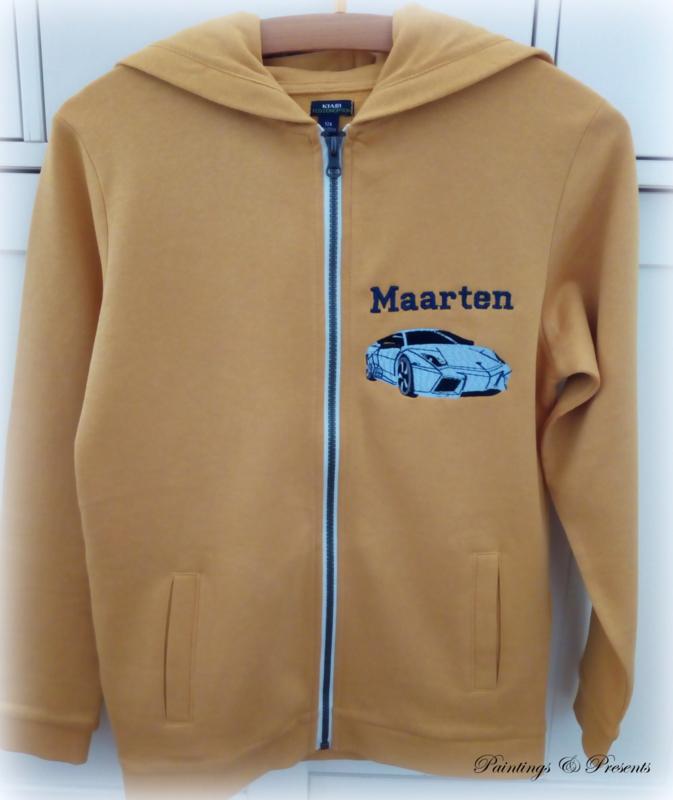 Sweater vest okergeel met borst borduring auto met naam