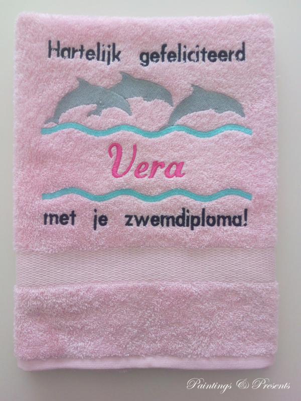 Luxe geborduurde handdoek 50 x 100 cm licht roze  dolfijnen gefeliciteerd zwemdiploma met naam zwart/fuchsia