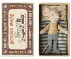 Maileg kleine broer muis in doosje (geel met grijs)