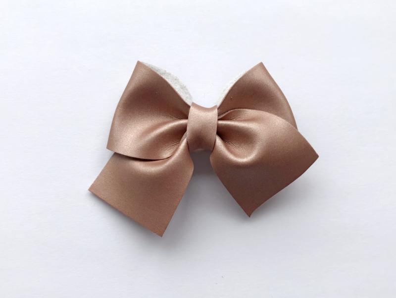 By Mev Haarclip leer Mary parelmoer roze goud 7 cm