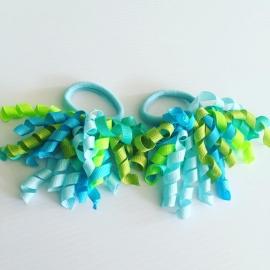 Krullie met haar elastiekje..groen/blauw