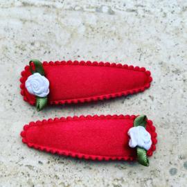 Rode haarspeldjes met wit Roosje.