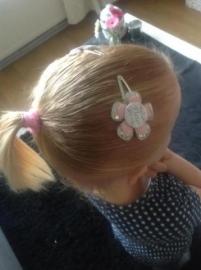 fleur een haarspeldje met haar naam.