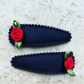 Zwarte haarspeldjes met rood roosje.