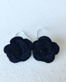 Vilten roosjes met elastiekje..(zwart)