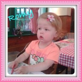romy met een lokspeldjes met haar naam.