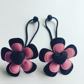 Haar elastiekje  Zwart/Roze met hartje.