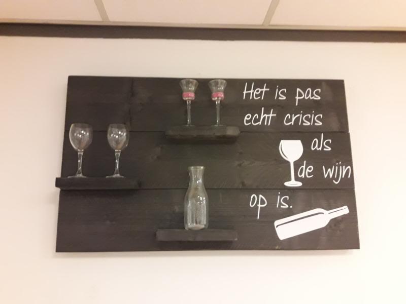 Wandbord steigerhout wijn crisis